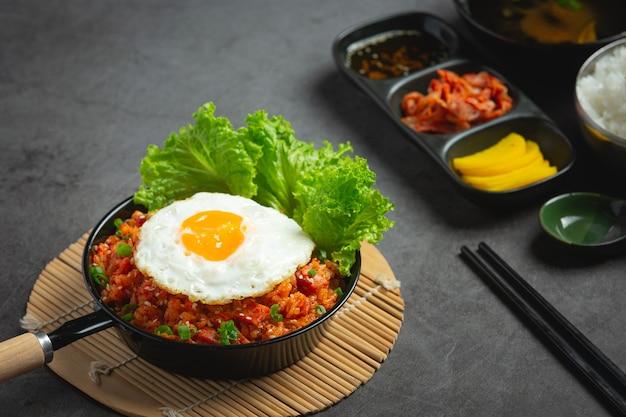 한국 음식. 김치 볶음밥과 계란 후라이