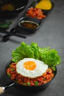 韓国料理。キムチチャーハンと目玉焼き