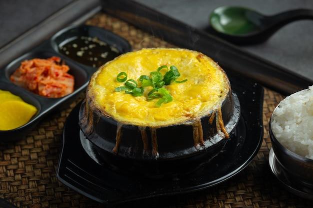 Cibo coreano gyeran-jjim o uovo in camicia
