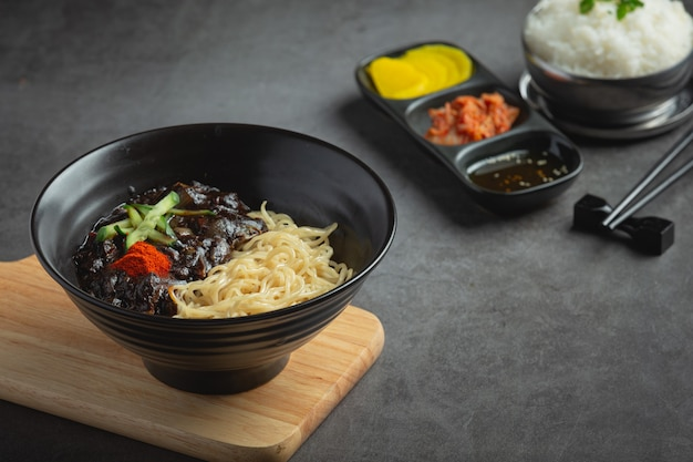 Cibo coreano; jajangmyeon o noodle con salsa di fagioli neri fermentati