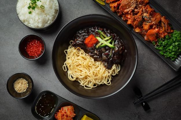 한식; 자장면 또는 발효 검은 콩 소스를 곁들인 국수
