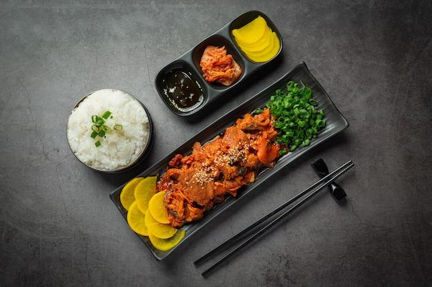 韓国料理; jeyukbokkeumまたは韓国風ソースの揚げ豚肉