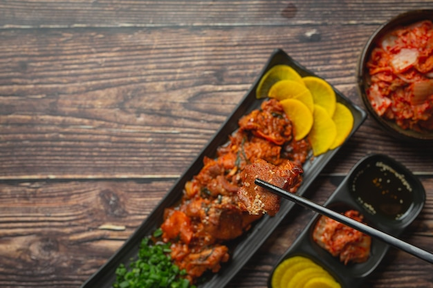 한식; 정복 금 또는 한식 소스에 튀긴 돼지 고기
