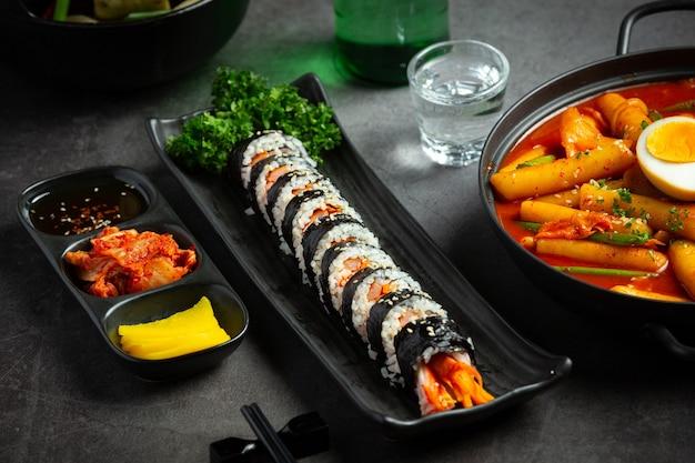 Корейская еда, ким бап - рис с овощами на пару с водорослями.
