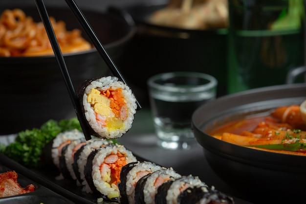 韓国料理、キムパプ-海苔に野菜を入れたご飯。