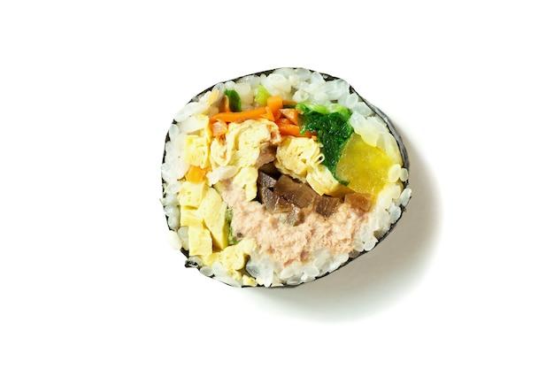 한국 김밥 롤 흰색 표면 클로즈업에 격리입니다.