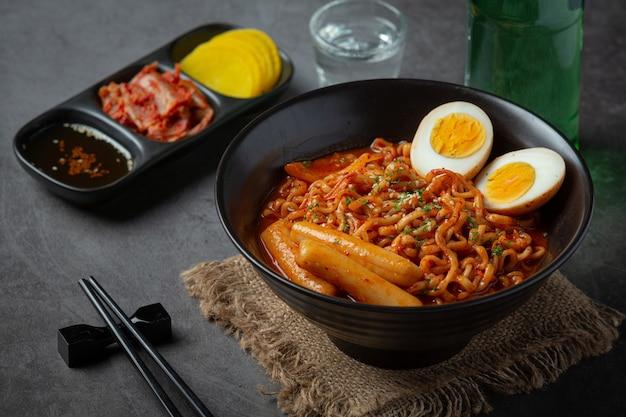 韓国のスパイシーソース、古代料理の韓国のインスタントラーメンとトッポッキ