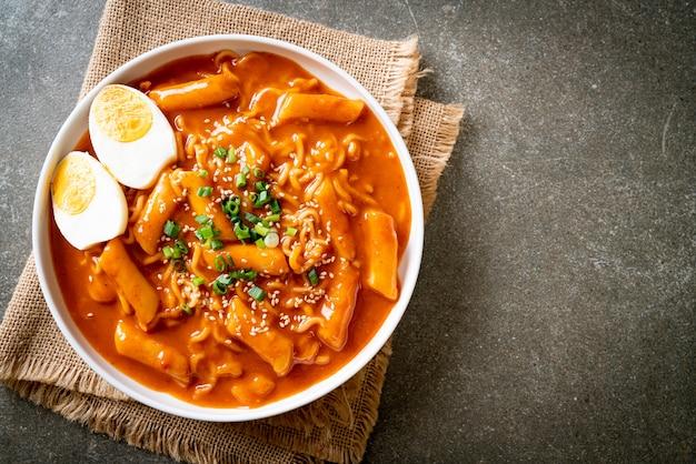 韓国のスパイシーソース、ラボッキの韓国のインスタントラーメンとトッポッキ。韓国料理スタイル