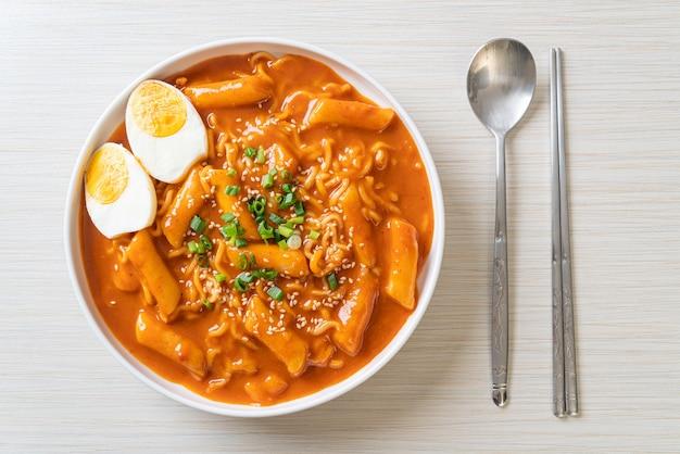 Корейская лапша быстрого приготовления и ттокбокки в остром корейском соусе, rabokki - корейский стиль еды