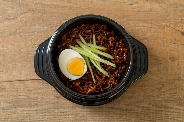 Корейская лапша быстрого приготовления с соусом из черной фасоли с огурцом и вареным яйцом (jajangmyeon или jjajangmyeon) - корейский стиль еды