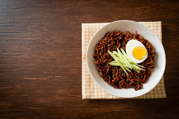 黒豆ソースをトッピングしたキュウリとゆで卵を使った韓国のインスタントラーメン(チャジャンミョンまたはチャジャンミョン)-韓国料理のスタイル