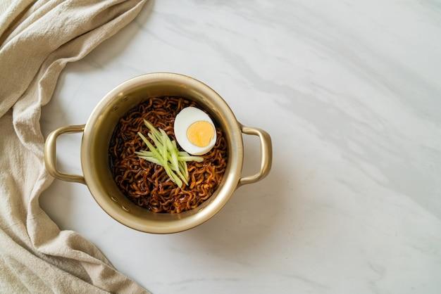 검은 콩 소스를 얹은 오이와 삶은 달걀을 얹은 한식라면 (자장면 또는 짜장면)-한식 스타일