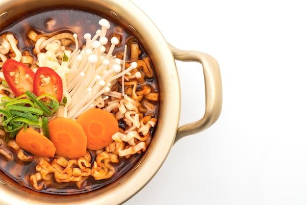 Корейская лапша быстрого приготовления в золотом горшочке - корейский стиль еды