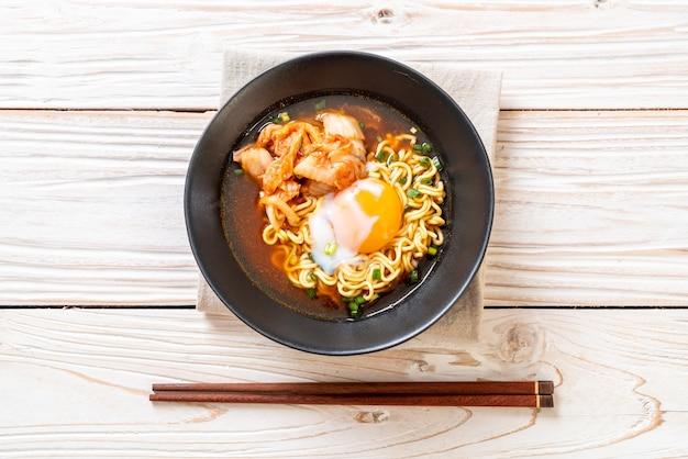 김치와 계란이 들어간 한국라면
