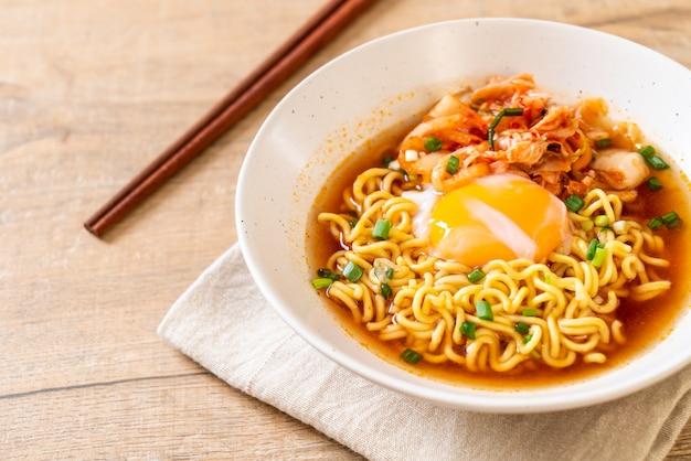 김치와 계란을 곁들인 한국 인스턴트라면