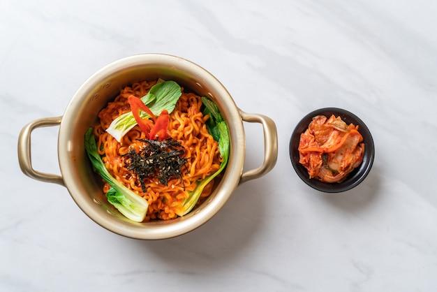 Корейская лапша быстрого приготовления с овощами и кимчи