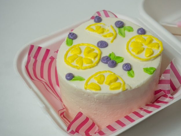 クリーム色の花とベリーの韓国のお弁当ケーキ。あなたのテキストのための場所