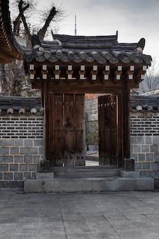 한국 탑 게이트, 열린 문, 공원 입구. 수직의.