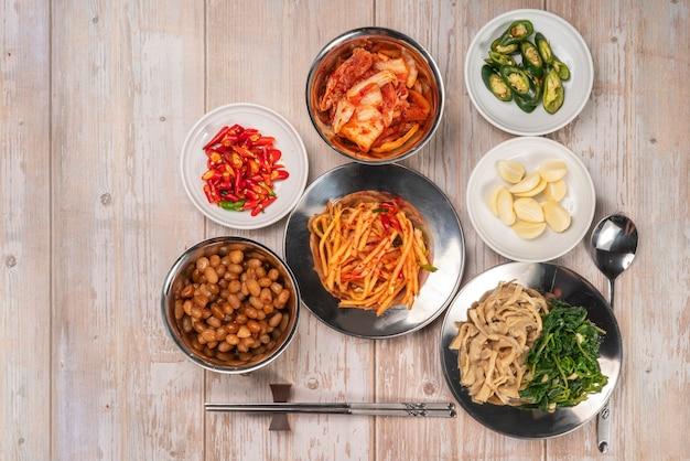 장아찌와 양념 매콤한 김치 한식, 야채 양배추와 고추로 만든 김치 샐러드.