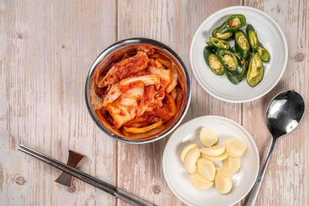 Корейский маринад и приправа острый кимчи традиционные корейские блюда, салат кимчи из овощной капусты и перца чили.