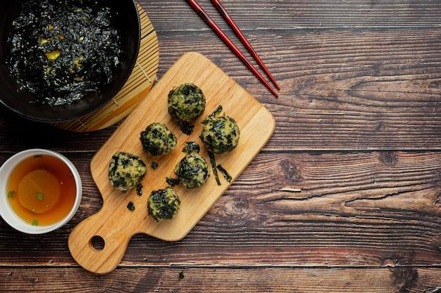 대리석 바탕에 한국 주먹밥