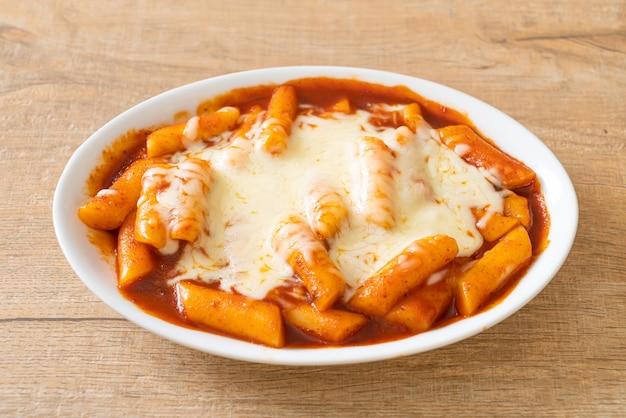 치즈와 함께 매운 한국 소스에 한국 떡, 치즈 떡볶이, 치즈 떡볶이 - 한국 음식 스타일