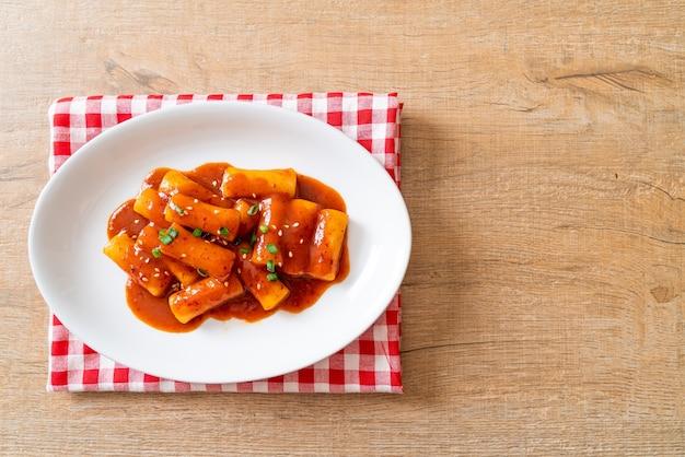 매운 소스에 한국 떡 스틱 (떡볶이) - 한국 음식 스타일