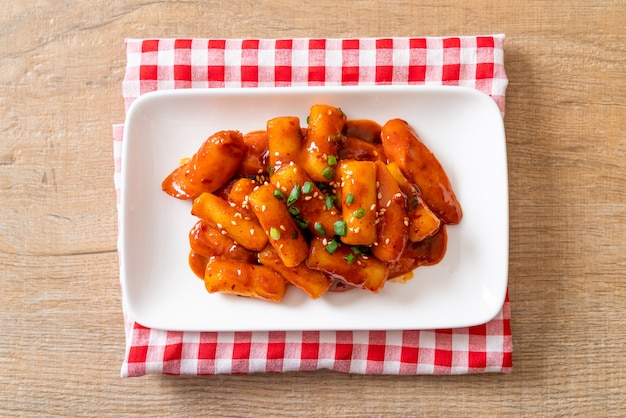 매운 소스에 소시지와 한국 떡 스틱 (떡볶이) - 한국 음식 스타일