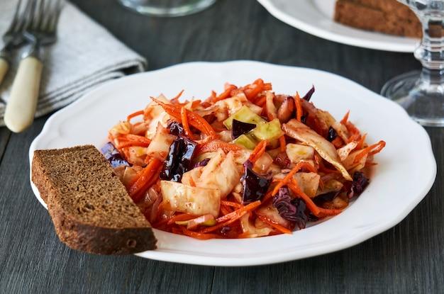 접시에 양배추와 당근 한국 샐러드