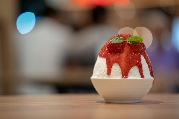 Корейский бритый ледяной десерт со сладкой начинкой, клубничный бинсоо или бинсу