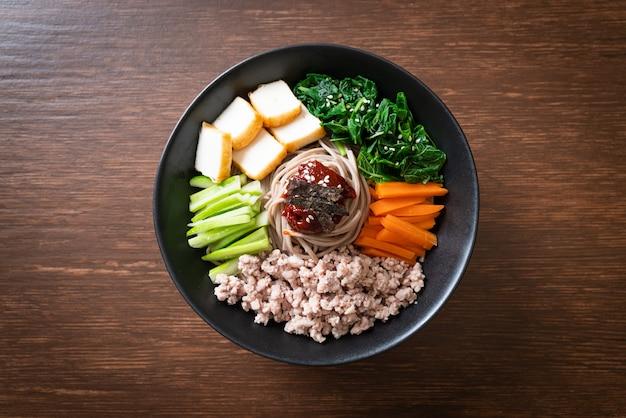 한국 매운 냉면. 비빔 막국수 또는 비빔 국수. 한식 스타일