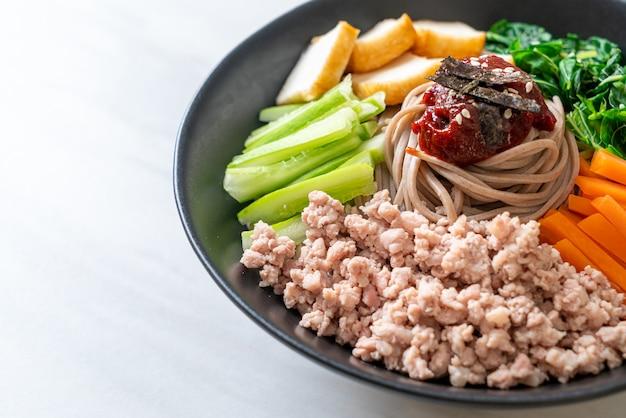 韓国の辛い冷やし麺。ビビンマッククスまたはビビンククス。韓国料理スタイル