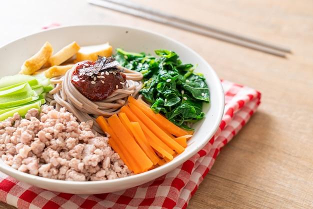 韓国のスパイシーな冷たい麺-ビビンマッククスまたはビビンククス-韓国料理のスタイル