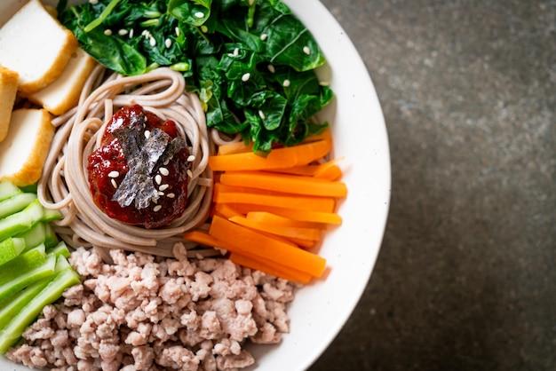 한국의 매운 냉면-비빔 막국수 또는 비빔 국수-한식 스타일