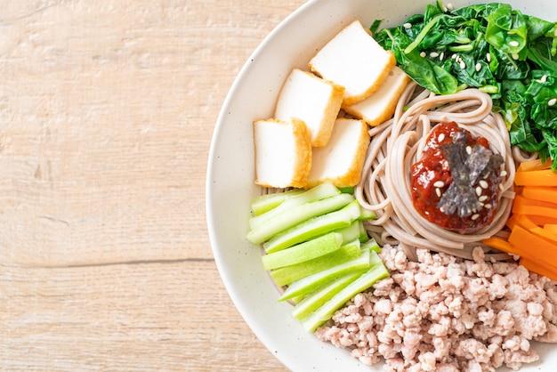 韓国の辛い冷麺 - ビビン マッククスまたはビビンククス - 韓国料理スタイル