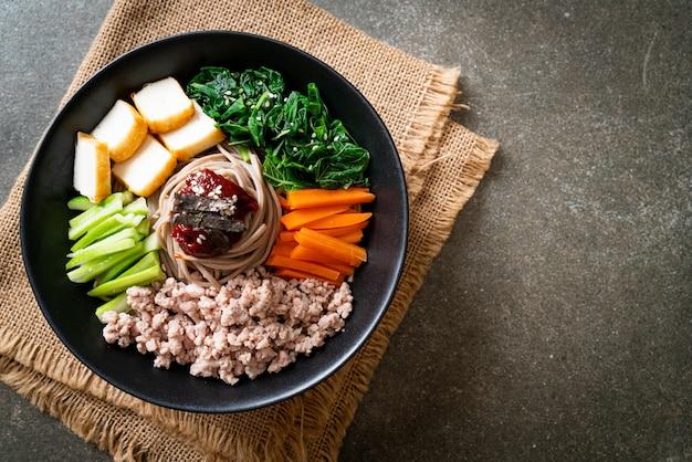 한국 매운 냉면 - 비빔 막국수 또는 비빔 국수 - 한국 음식 스타일