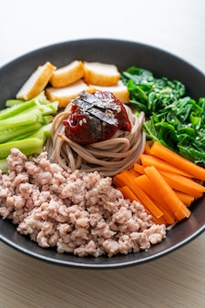 Корейская острая холодная лапша - пибим макгуксу или пибим куксу - корейский стиль еды