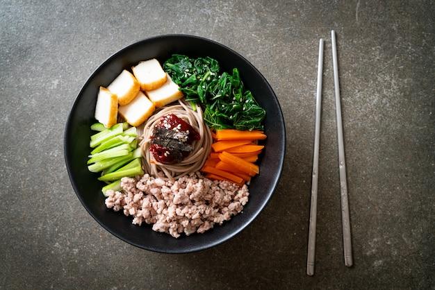 비빔 막국수라고 불리는 한국의 매운 냉면