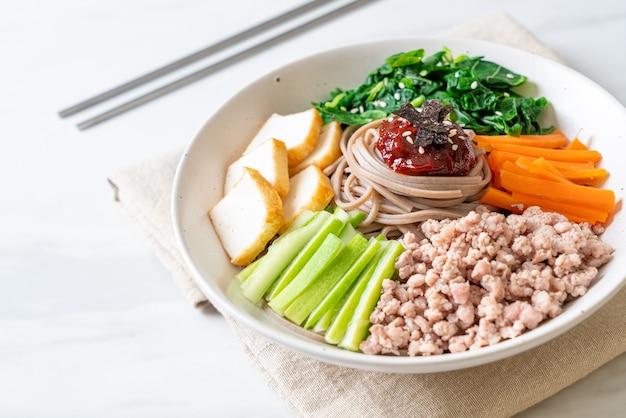 韓国の辛い冷やし麺