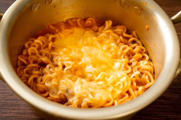 モッツァレラチーズと韓国のスパイシーなインスタントラーメンボウル