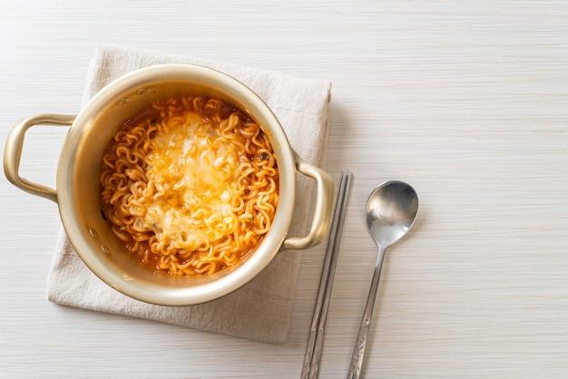 Чаша из корейской острой лапши быстрого приготовления с сыром моцарелла