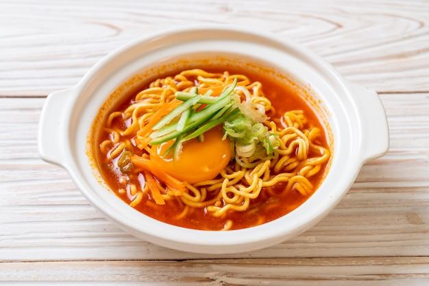 계란, 야채, 김치를 넣은 한국식 매운라면