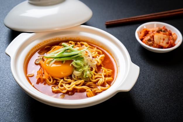 계란, 야채, 김치가 들어간 한국식 매운라면