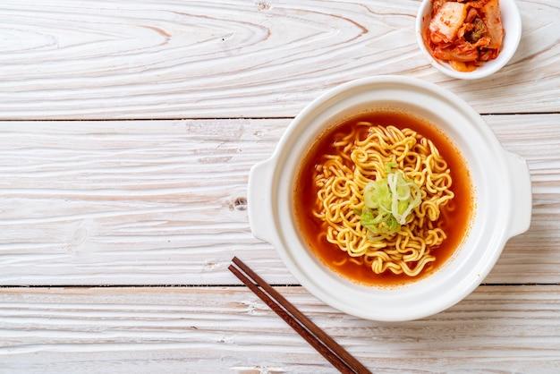 김치를 곁들인 한국식 매운라면