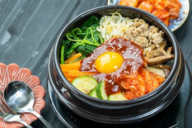 쌀을 곁들인 한국식 매운 샐러드 전통 한국 음식 고기와 모듬 야채를 곁들인 쌀밥