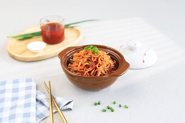 한국식 즉석 국수, 매운 맛의 라면 또는 라면, 텍스트 복사 공간