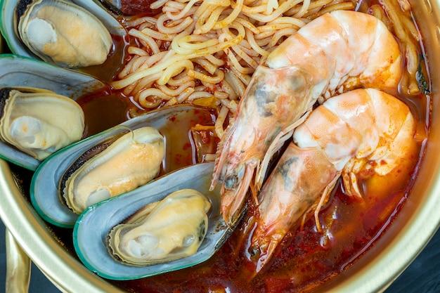 Корейская традиционная лапша пряный суп с морепродуктами и лапшой корейская лапша в пряном супе из морепродуктов