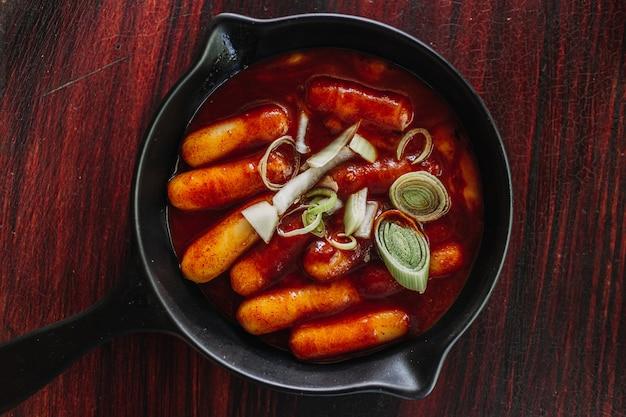 韓国のトッポッキまたは炒めたおにぎりは人気の韓国料理です