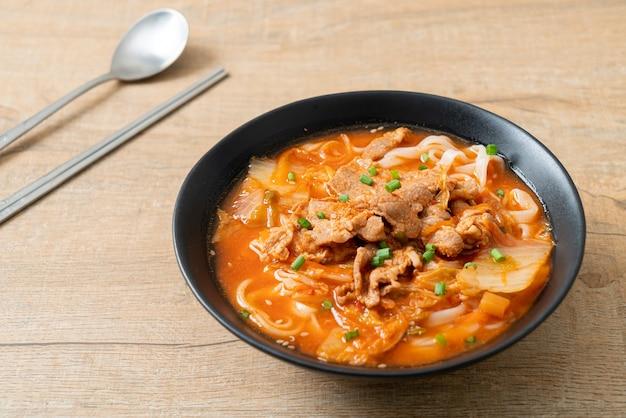 キムチスープに豚肉を入れた韓国うどんラーメン-アジア料理スタイル