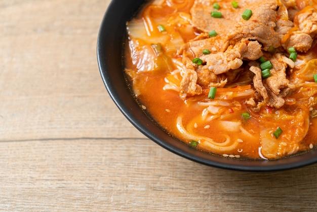 Корейская лапша удон рамэн со свининой в супе кимчи - азиатский стиль еды